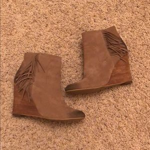 Suede tan Abound wedges fringe size10